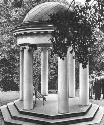 Беседка в парке (Горки Ленинские)