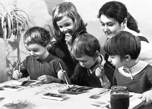 Детский сад. На занятиях рисованием
