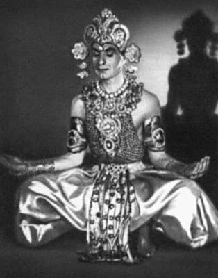 Эсамбаев М. А. исполняет индийский танец